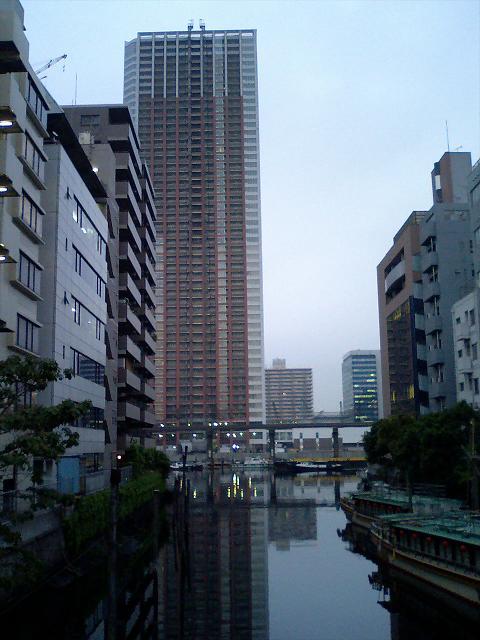 完成間近のビルと運河